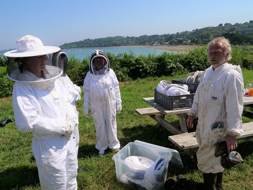 en tenue pour voir les abeilles