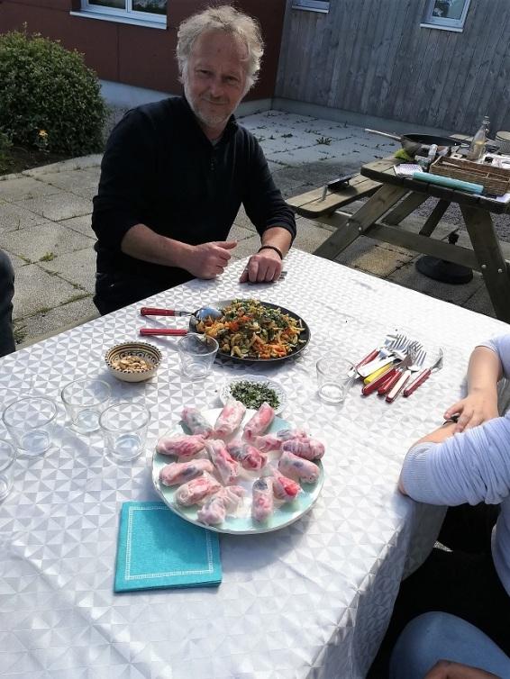 Didier prêt pour la dégustation- wok de légumes au miel et rouleaux de printemps miel-fraise