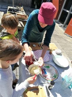 participation des enfants à la confection des rouleaux de printemps