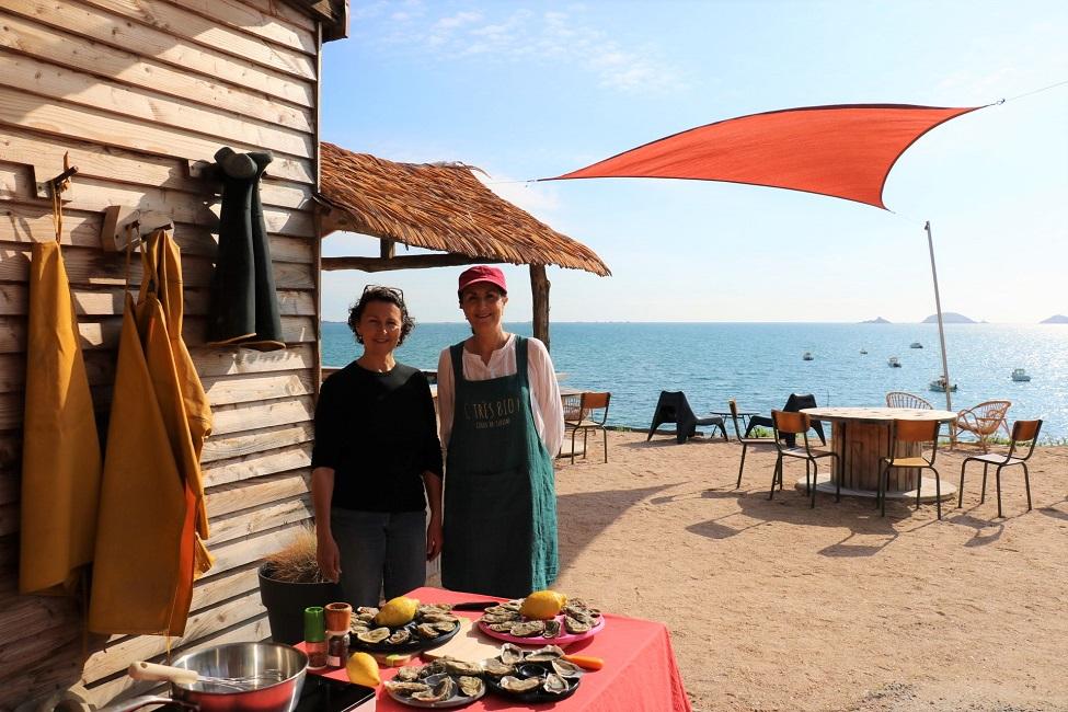 Cécile Arin, ostréicultrice, et Yasmine, cheffe de l'atelier C très Bio, se sont associées pour vous proposer un voyage iodé !