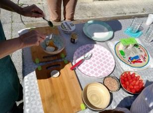 Préparation de la crème miel-mascarpone pour les rouleaux de printemps à la fraise