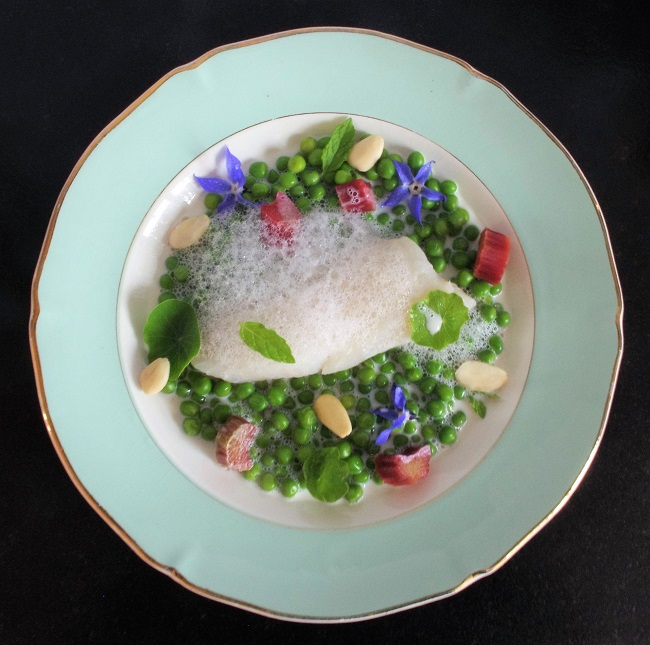 poisson petits pois rhubarbe amandes assiette