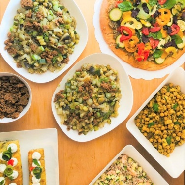 Buffet gourmand de plats à partager Contenants design et compostables Vous les poserez directement sur votre table sans rougir